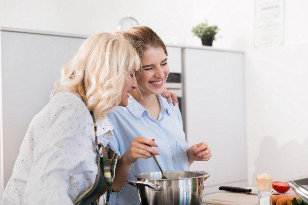 Alat masak adalah kado yang tepat untuk ibu mertua yang hobi memasak