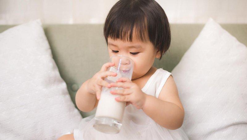 anak minum susu kedelai-1