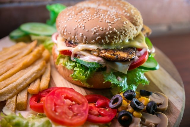 Makanan cepat saji biasanya tinggi garam, gula, dan lain-lain