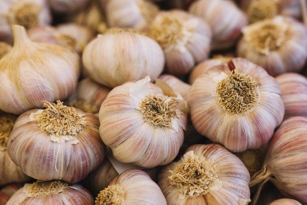 heap-garlic-bulbs_23-2147916305.jpg