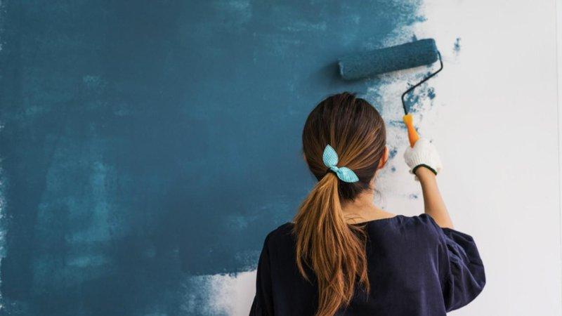 Menggunakan Pelapis Dinding Khusus atau Memasang Keramik