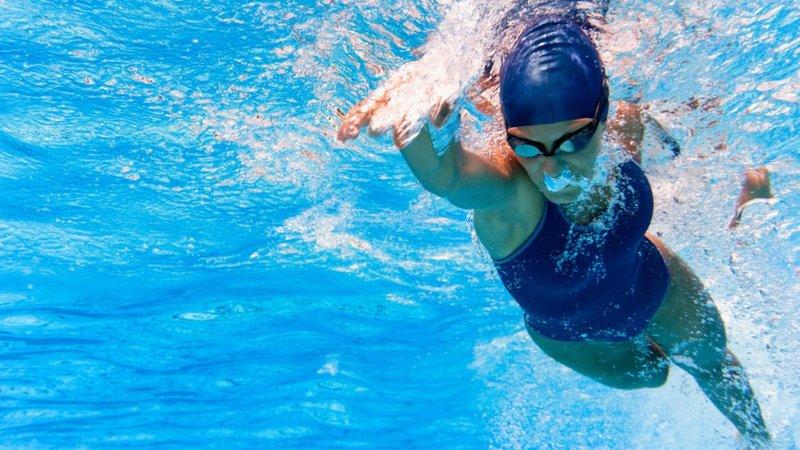 Cara membakar kalori-berenang