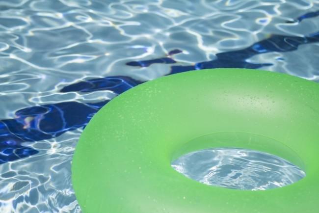 hindari membuang air di kolam renang