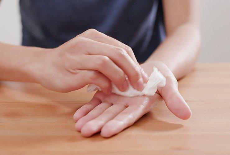 how-to-stop-sweaty-hands-feat.jpg