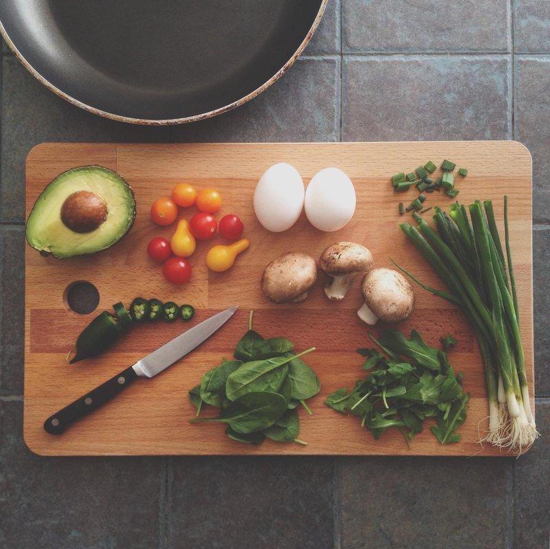 identik dengan sayur mentah, begini cara konsumsi lalapan yang sehat