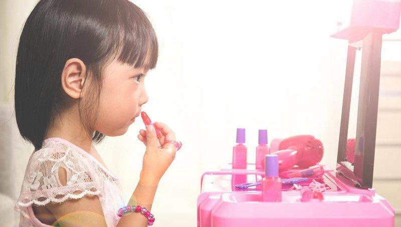 ingin mendandani si kecil ketahui dulu bahaya make up orang dewasa bagi anak 4