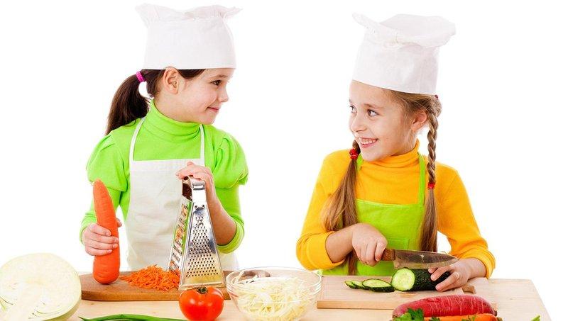 ingin mulai mengajarkan anak memasak begini aturannya, moms 5