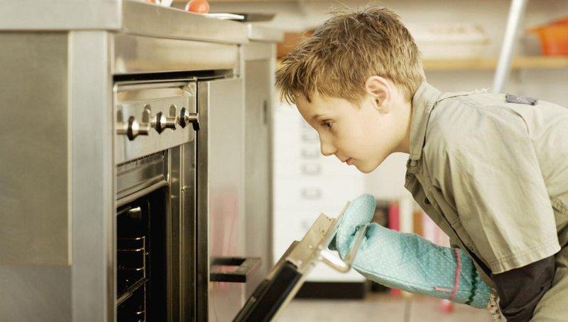ingin mulai mengajarkan anak memasak begini aturannya, moms 4