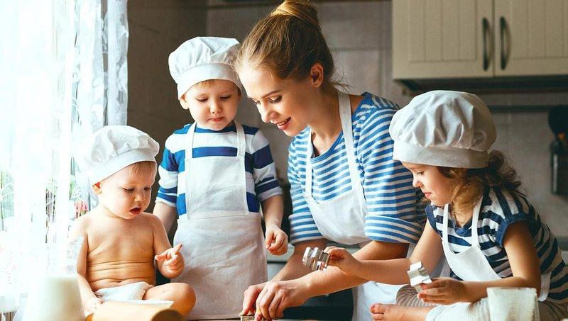 ingin mulai mengajarkan anak memasak begini aturannya, moms 1