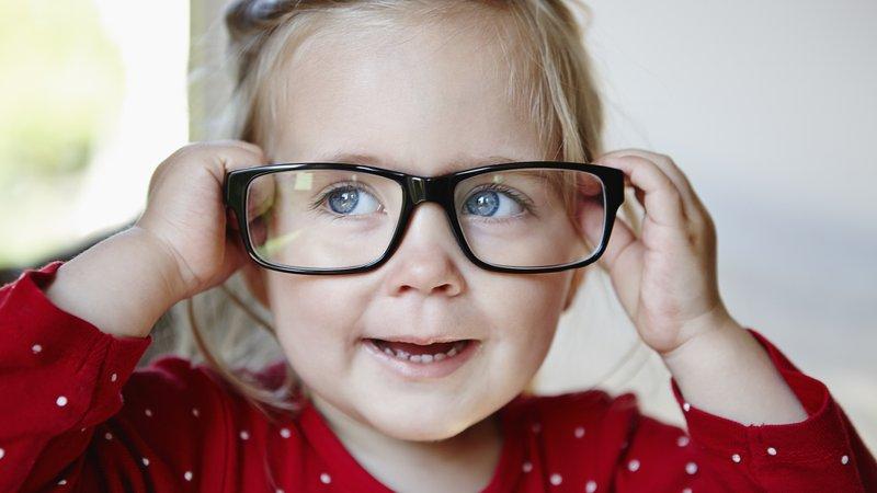 Ilustrasi Anak Menggunakan Kaca Mata