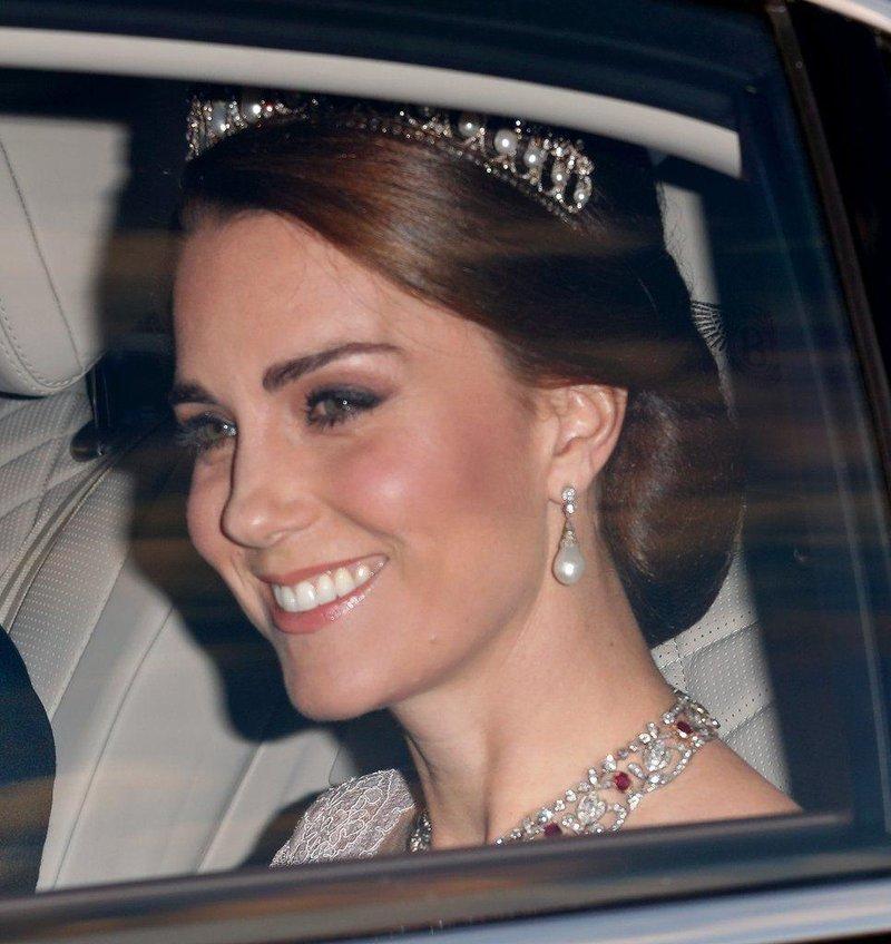 kali ini kenakan tiara milik putri diana