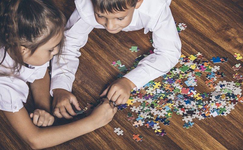 kegiatan di rumah-menyusun puzzle.jpg