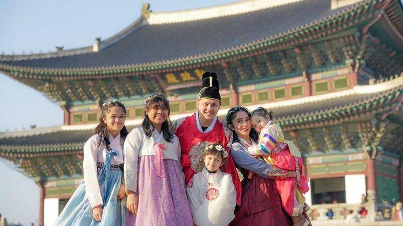 keluarga andhika pratama pakai hanbok.jpg