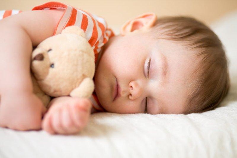 cara mengatasi bayi batuk berdahak -angkat kepala bayi