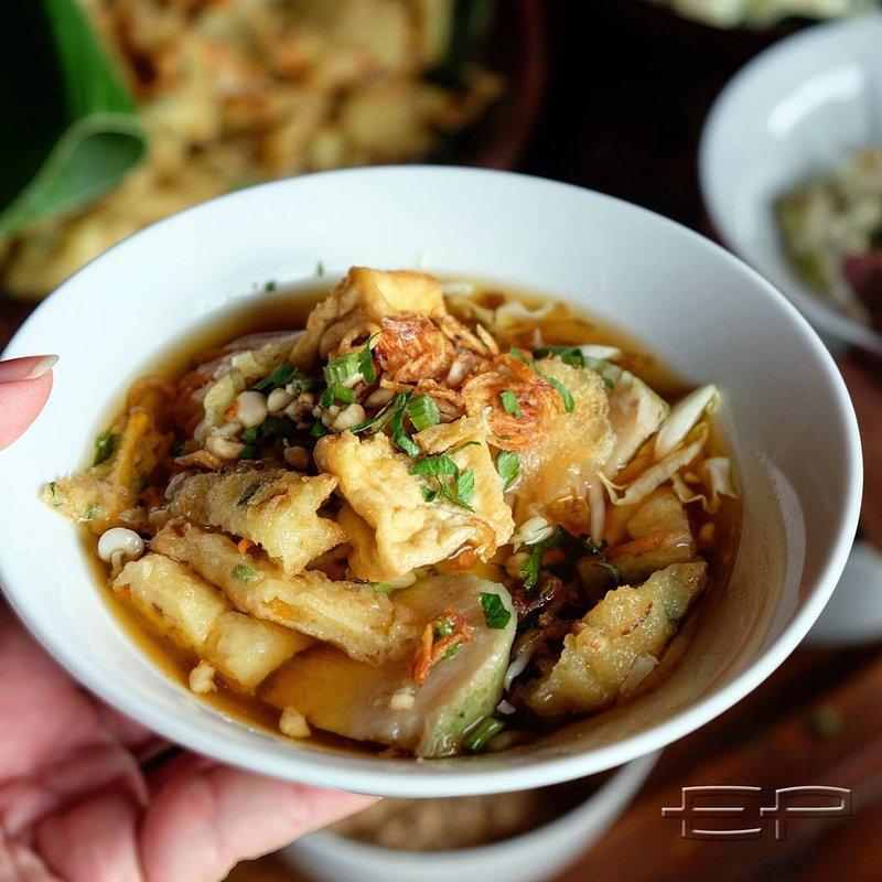 makanan khas Sunda-kupat tahu.jpg