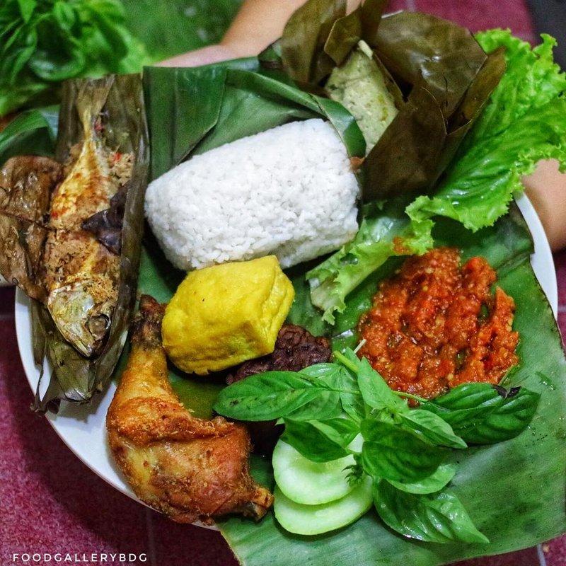 makanan khas Sunda-nasi timbel.jpg