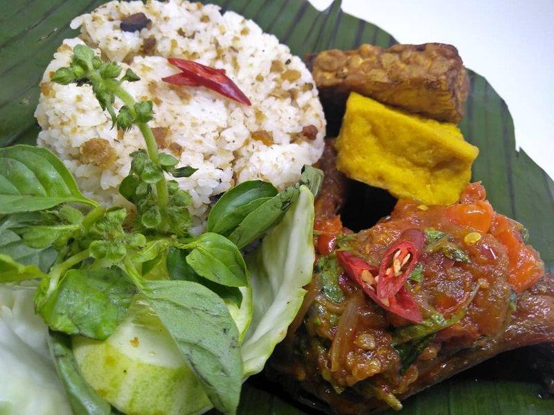 makanan khas Sunda-nasi tutug oncom.jpg
