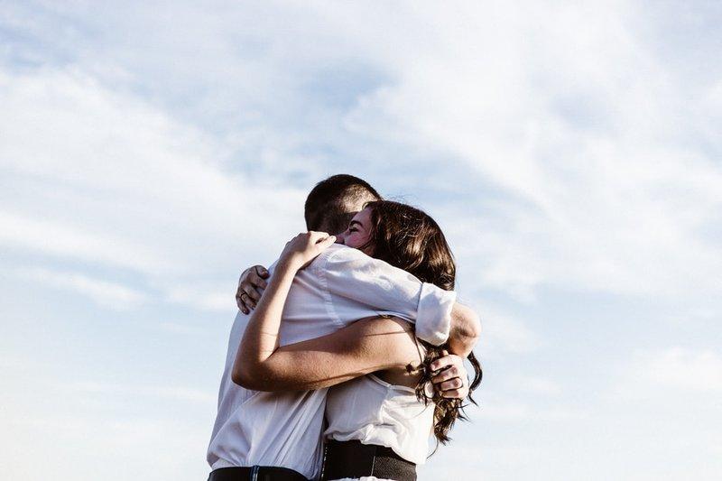 manfaat pelukan dengan suami 5.jpeg