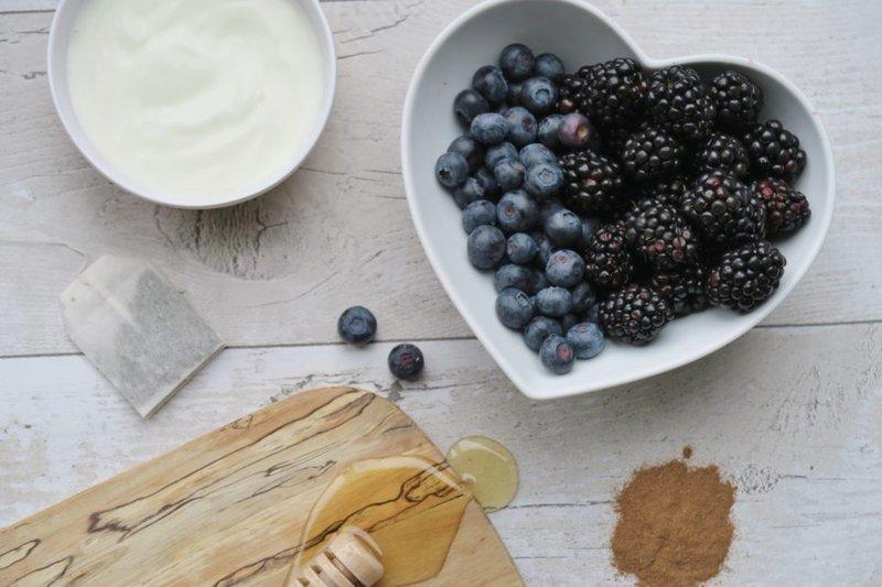 masker alami yang dibuat dari blueberry, yoghurt, tepung beras, dan madu.jpg