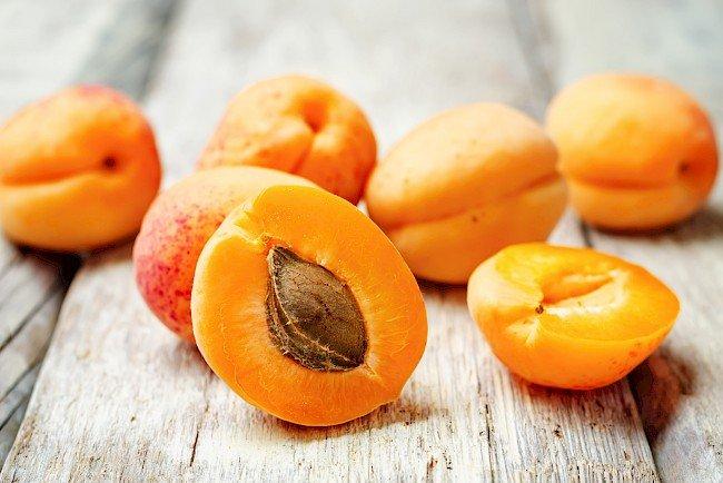 masker wajah alami alpukat dan aprikot.jpg