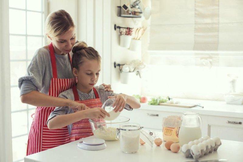 memasak bersama anak perempuan