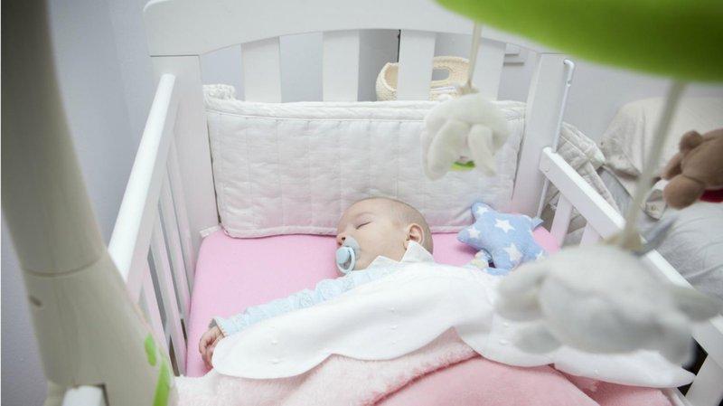 membaringkan bayi dengan posisi tepat