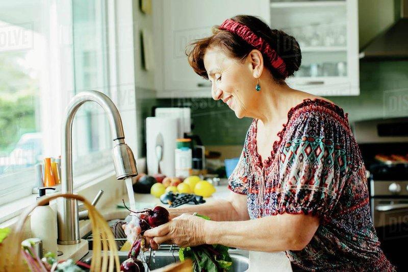 mencuci makanan kurang bersih