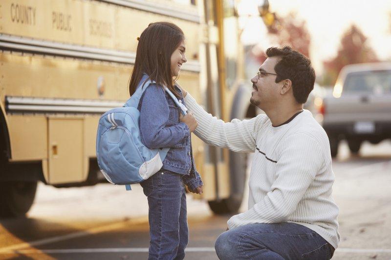 mengantar anak ke sekolah