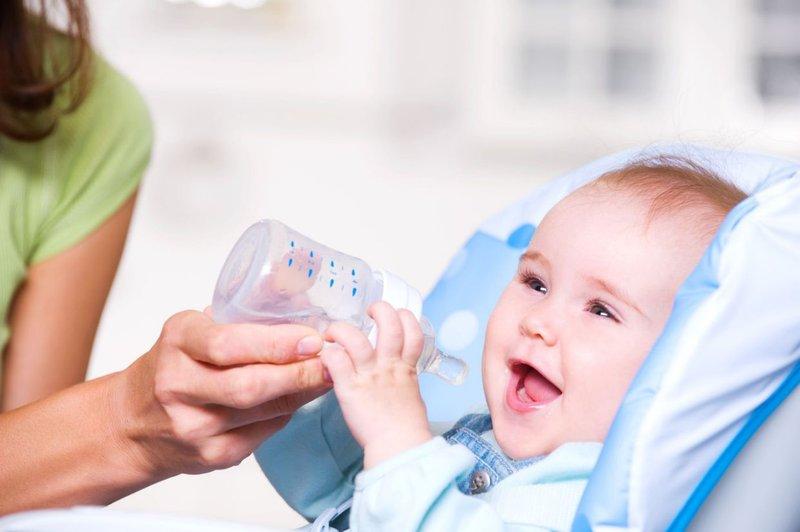 mengatasi kulit bayi terbakar-minum air putih.jpg