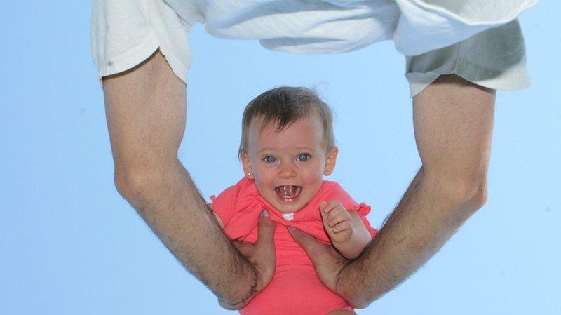 mengguncang tubuh bayi
