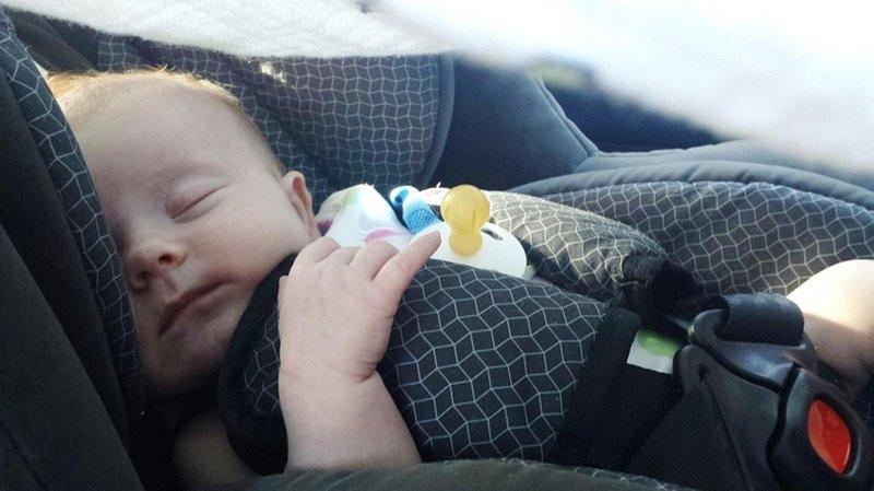 meninggalkan bayi sendirian di dalam mobil