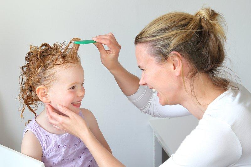 merawat rambut keriting anak-sisir gigi jarang.jpg