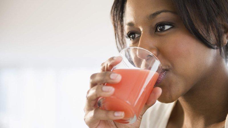 minum jus buah.jpg