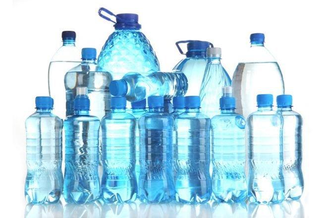 minum minuman dalam kemasan botol plastik