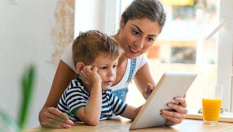 moms, ayo mulai mengajarkan keamanan berinternet pada anak 1