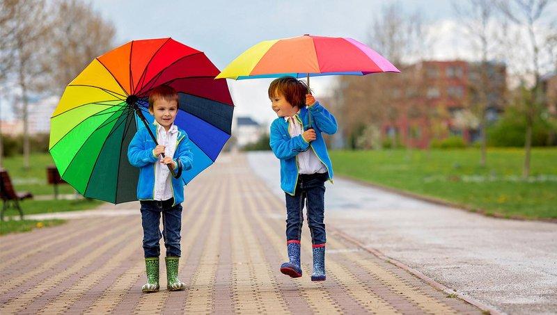 moms, sudah siapkan 7 perlengkapan musim hujan untuk anak ini 1