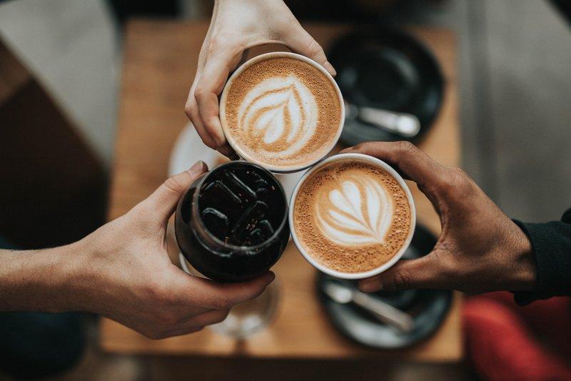 konsumsi kafein berlebihan menyebabkan bibir kedutan