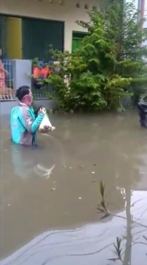 ojol-terjang-banjir-di-semarang-untuk-antar-makanan-2- detikcom.jpeg