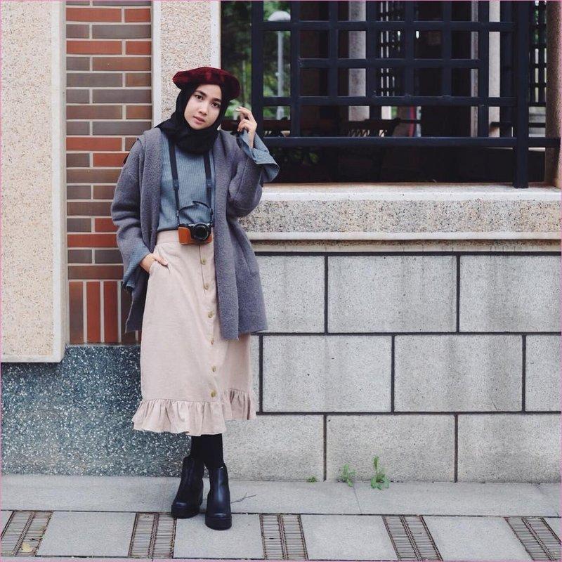 outfit rok untuk hijabers ala selebgram 2018 legging ankle boots hitam hijab pashmina diamond hitam t shirt kain wools abu blazer bulu abu tua rok a line skirt krem topi merah maroon kamera digital or