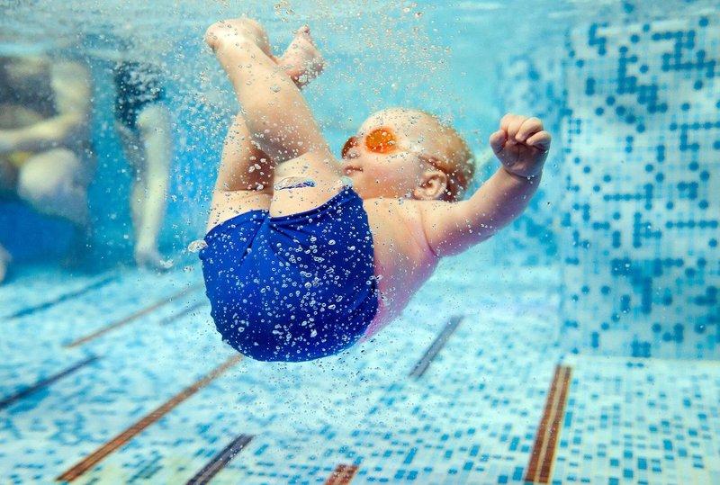 pelampung leher tidak boleh sering digunakan saat bayi berenang 1