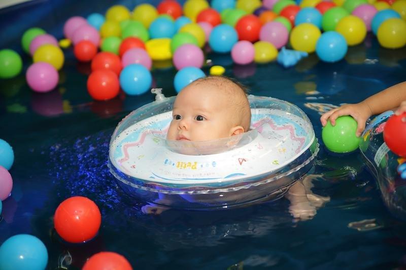 pelampung leher tidak boleh sering digunakan saat bayi berenang 2