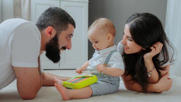 perkembangan bayi 11 bulan mainan bersuara.jpg
