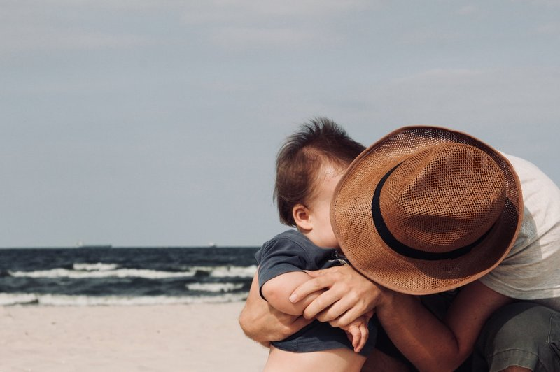 perkembangan bayi 15 memberi pelukan dan ciuman.jpg