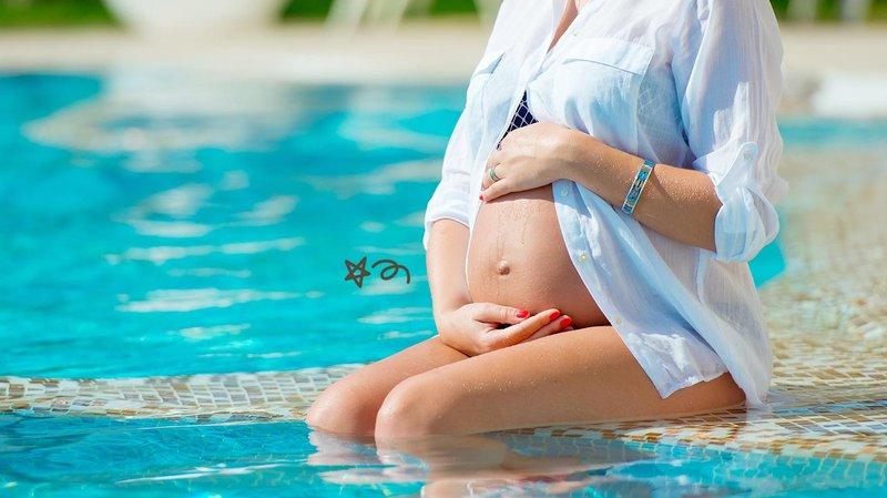 Ibu hamil berenang