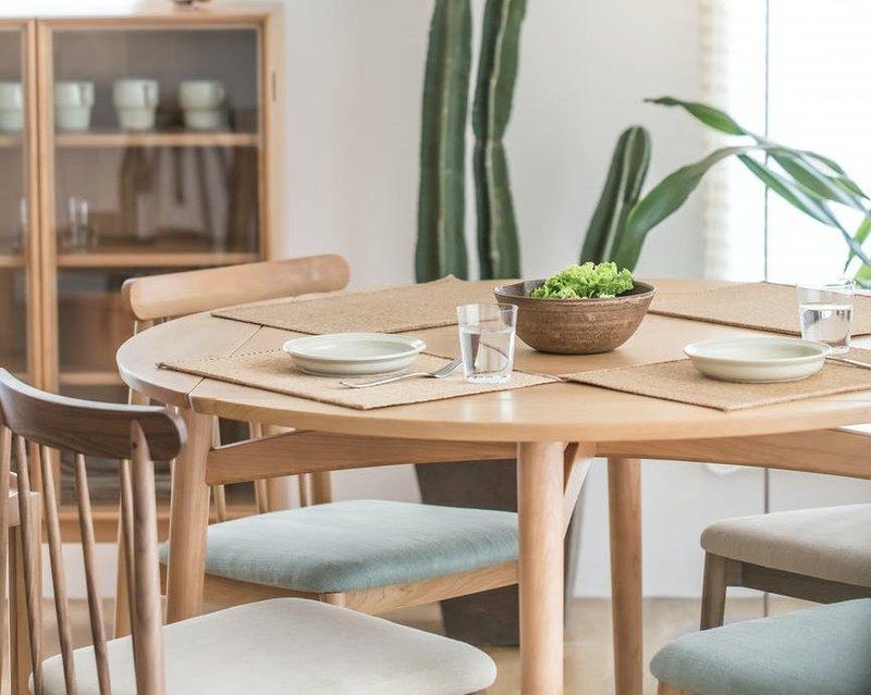 Meja makan warna netral