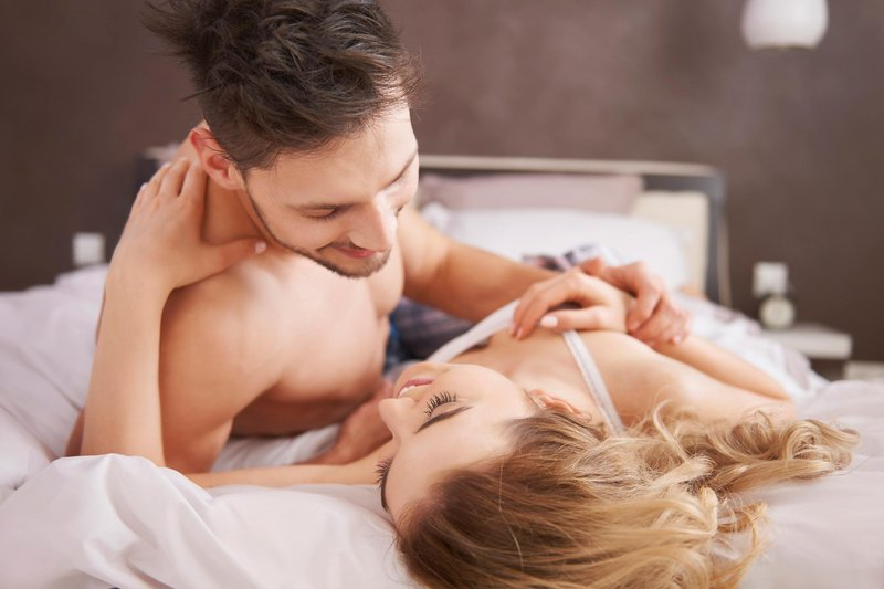 memulai pillow talk dengan pasangan