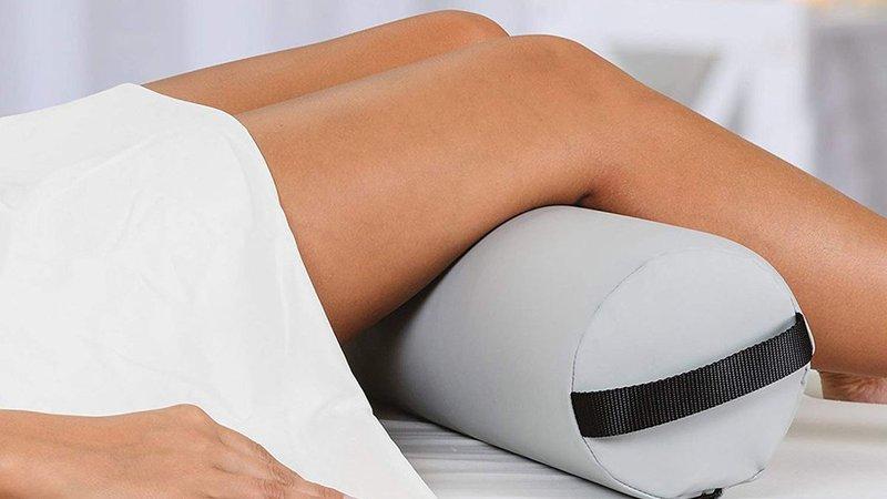 Tidur dengan Bantal di Bawah Lutut.jpg