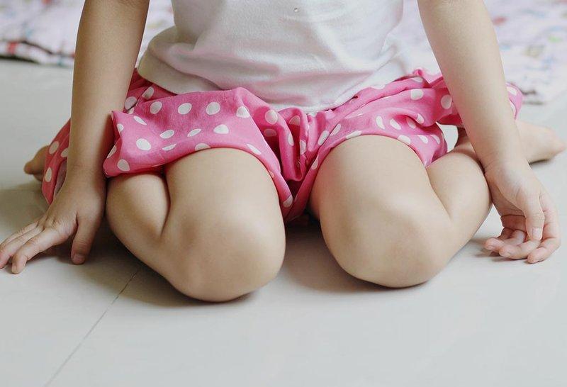 balita duduk dengan posisi kaki W