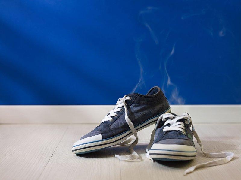 cara menghilangkau bau sepatu