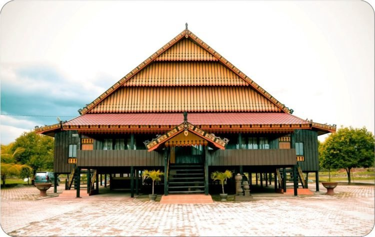 rumah-adat-sulawesi-barat-mekongga.jpg